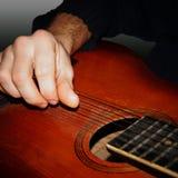 Hand, die Gitarrennahaufnahme spielt Lizenzfreie Stockfotografie