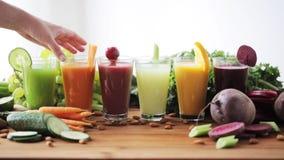 Hand die glas groentesap van lijst nemen stock video