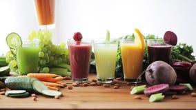 Hand die glas groentesap zetten aan lijst stock footage