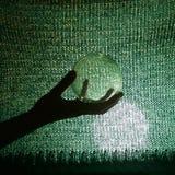 Hand, die Glaskugel hält Lizenzfreie Stockfotografie