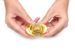 Hand die gouden baar geven aan iemand voor Chinees Nieuwjaar Royalty-vrije Stock Afbeelding