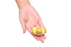 Hand die gouden baar geven aan iemand voor Chinees Nieuwjaar Stock Afbeelding