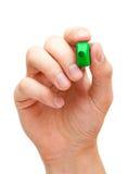 Hand, die grüne Markierung hält Stockfoto