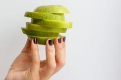 Hand, die grünen Apfel hält Stockbild