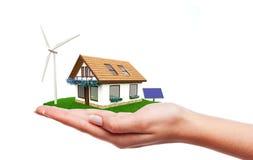 Hand, die grünes Energiehaus hält Lizenzfreies Stockfoto