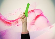 Hand, die Green Card vor abstraktem Hintergrund hält Lizenzfreies Stockfoto
