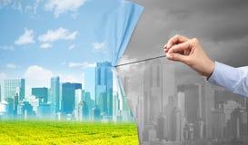 Hand die groen cityscape gordijn trekken aan grijze cityscape royalty-vrije stock afbeeldingen