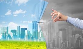 Hand die groen cityscape gordijn trekken aan grijze cityscape stock foto's