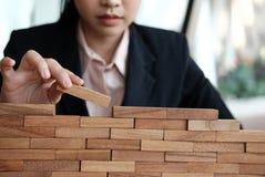 Hand, die hölzernen Block stapelt Wachstum, Erfolg u. Entwicklung im busin Lizenzfreie Stockfotos