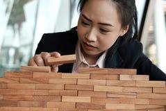 Hand, die hölzernen Block stapelt Wachstum, Erfolg u. Entwicklung im busin Stockfotos