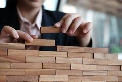 Hand, die hölzernen Block stapelt Wachstum, Erfolg u. Entwicklung im busin Lizenzfreies Stockfoto