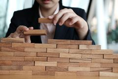 Hand, die hölzernen Block stapelt Wachstum, Erfolg u. Entwicklung im busin Stockbilder
