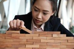 Hand, die hölzernen Block stapelt Wachstum, Erfolg u. Entwicklung im busin Stockfoto