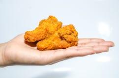 Hand, die Hühnerflügel hält Lizenzfreies Stockfoto