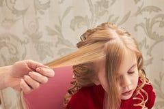 Hand, die Haar des Kindes hält Lizenzfreie Stockfotografie