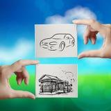 Hand, die Hand gezeichnetes Haus und Auto hält Stockbilder