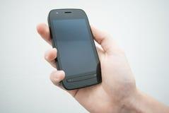 Hand, die Handy anhält Lizenzfreies Stockfoto