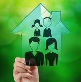Hand, die Haus 3d mit Familienikone zeichnet Stockfotografie