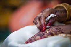 Hand die Henna draagt Stock Fotografie