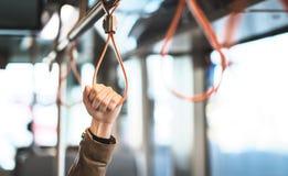 Hand die het handvat in tram, trein, bus of metro houden royalty-vrije stock afbeeldingen