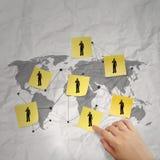 Hand die het kleverige pictogram van het nota sociale netwerk duwen Stock Afbeeldingen