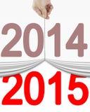 Hand die het oude gordijn van 2014 uittrekken tot open nieuwe 2015 Royalty-vrije Stock Afbeeldingen