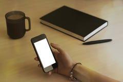 Hand die het telefoon witte scherm op zijaanzicht met behulp van Stock Afbeeldingen