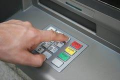 Hand die het toetsenbord van ATM gebruikt Royalty-vrije Stock Foto
