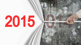 Hand die het witte gordijn die van 2015 trekken de donkerrode muur van 2014 behandelen Royalty-vrije Stock Foto