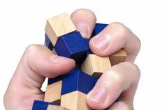 Hand die, hevig die verpletterend en een structuur drukken neerhalen van houten blokken wordt gemaakt stock afbeeldingen