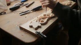 Hand, die hölzerne Ziergegenstände versandet, dekorative Elemente, stock footage
