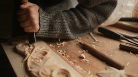 Hand, die hölzerne Ziergegenstände versandet, dekorative Elemente, stock video footage
