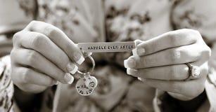 Hand, die Hochzeitscharme hält lizenzfreie stockfotos