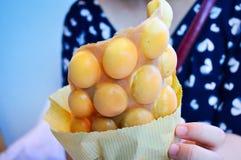 Hand, die Hong Kong Egg Puffs hält stockfotografie