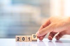 Hand die houten bloknummer 9 houden aan volledig jaar 2019 royalty-vrije stock foto