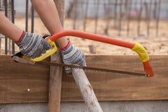 Hand die houten met de hand zaag snijden Royalty-vrije Stock Afbeelding