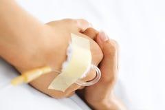 Hand, die im Krankenhaus zusammenhält Stockbild