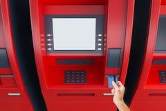 Hand die kaart in ATM-machine zetten Royalty-vrije Stock Foto