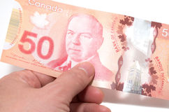 Hand, die 50 kanadische Dollar hält lizenzfreie stockfotografie