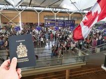 Hand, die kanadischen Pass übergibt Lizenzfreie Stockfotos