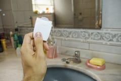 Hand, die Kasten der zahnmedizinischen Glasschlacke anhält Lizenzfreie Stockfotos