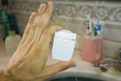 Hand, die Kasten der zahnmedizinischen Glasschlacke anhält Lizenzfreies Stockfoto