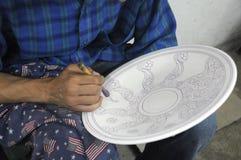Hand, die keramische Platte verziert Lizenzfreie Stockfotos