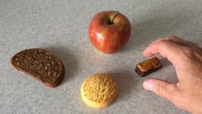 Hand die keus onder verschillend voedsel maken stock video