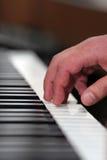 Hand, die Klavier spielt Stockfotografie