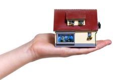 Hand die klein miniatuurhuis houden Royalty-vrije Stock Foto's