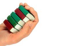 Hand die kleine miniatuurdieboeken houden, op wit worden geïsoleerd Stock Foto