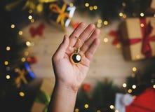 Hand, die kleinen Goldflitter über Weihnachtsdekoration hält Oberseite V stockbild