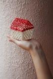 Hand, die kleines Haus anhält Lizenzfreie Stockbilder