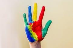 Hand die in kleurrijke verven klaar voor handdrukken wordt geschilderd royalty-vrije stock fotografie